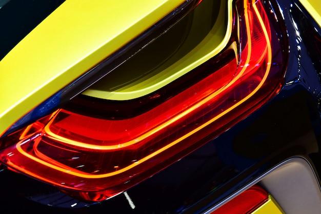 Nowe tylne światło led w hybrydowym samochodzie sportowym.