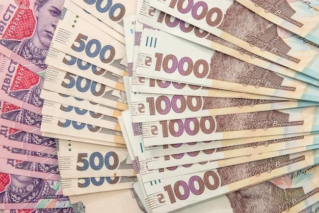 Nowe ukraińskie pieniądze. 200 banknotów 500 i 1000 jako tło. uh. koncepcja pieniędzy