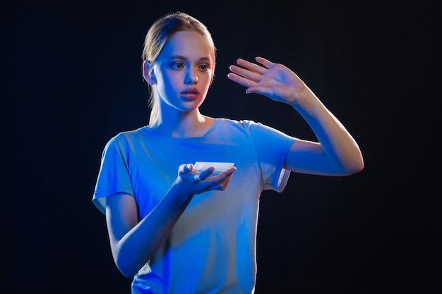 Nowe ulepszenia. atrakcyjna ładna kobieta trzyma urządzenie cyfrowe