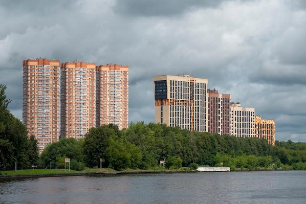Nowe wieżowce na zielonym wzgórzu w dzielnicy chimki w moskwie