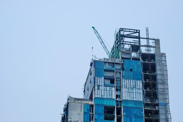 Nowe wysokie builing budowy i tło błękitnego nieba.