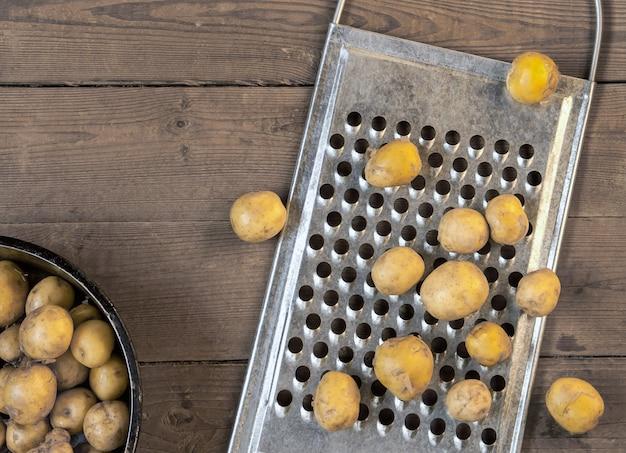 Nowe ziemniaki na stole