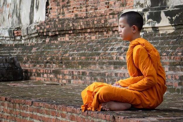 Nowicjusz praktykujący medytację w wat yai chaimongkol, ayutthaya, tajlandia, 21 maja 2021 r.