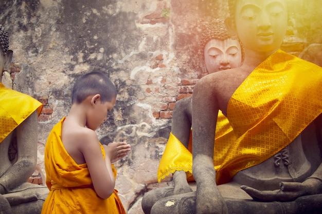 Nowicjusz studiujący pisma święte wat yai chaimongkol ayutthaya tajlandia 21 maja 2021