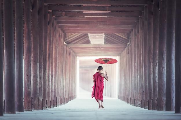 Nowicjuszi michaelita chodzi na antycznej świątyni, bagan myanmar