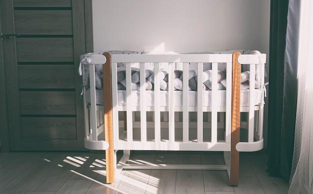 Nowiutkie łóżeczko w jasnej sypialni