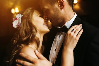 Nowożeńcy patrząc na twarzy nawzajem i uśmiechnięte
