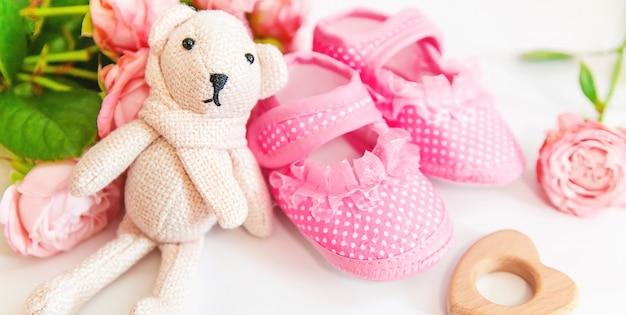 Nowo narodzony. akcesoria dla niemowląt na białym tle