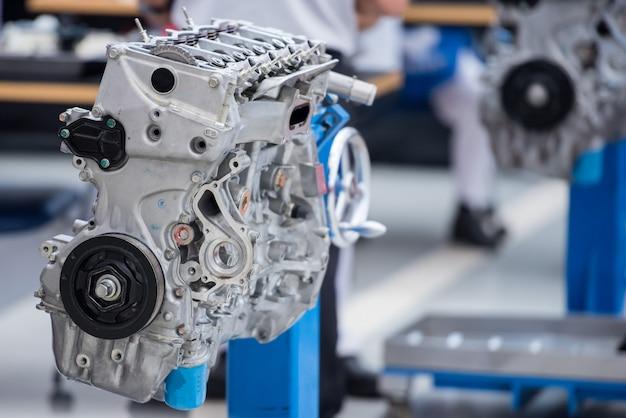 Nowo wyprodukowane silniki na linii montażowej w fabryce służą do testowania osiągów silnika i szkolenia mechaników.