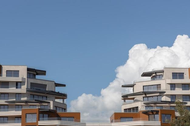 Nowoczesna architektura i zachmurzone niebo