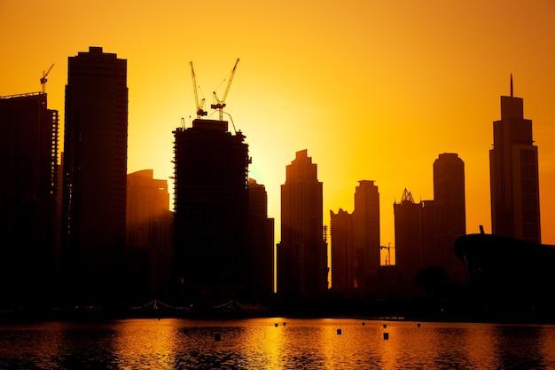 Nowoczesna architektura w dubaju z morzem o zachodzie słońca