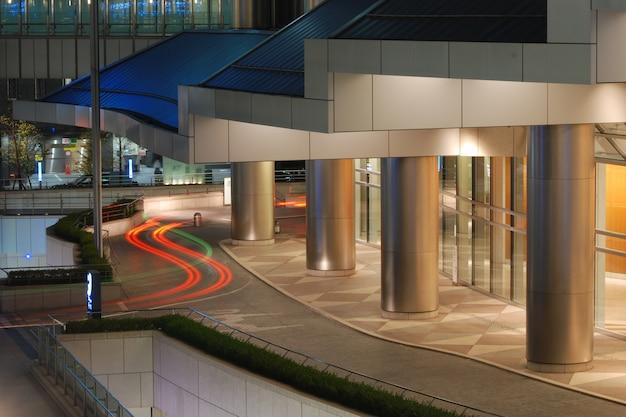 Nowoczesna architektura zewnętrzna - gigantyczne wejście do hali ze śladami czerwonego samochodu