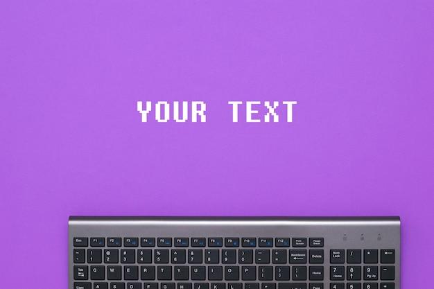 Nowoczesna bezprzewodowa klawiatura na fioletowym tle z szablonem tekstu. urządzenia peryferyjne do komputera.