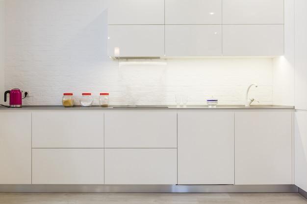 Nowoczesna biała kuchnia bez uchwytów