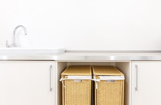 Nowoczesna biała pralnia z dwoma koszami
