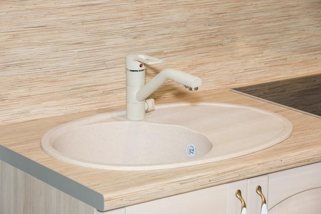 Nowoczesna biała umywalka w łazience z bliska widok