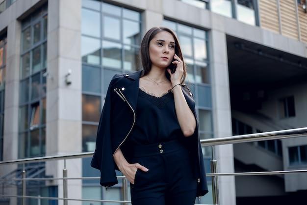 Nowoczesna biznesowa kobieta w biurze