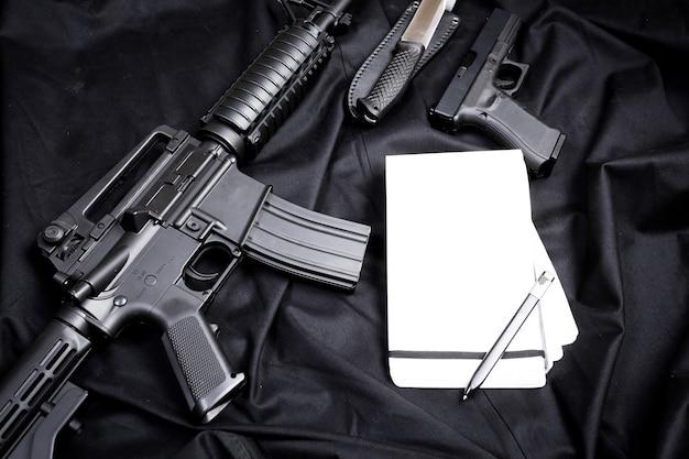 Nowoczesna broń, czarne tło