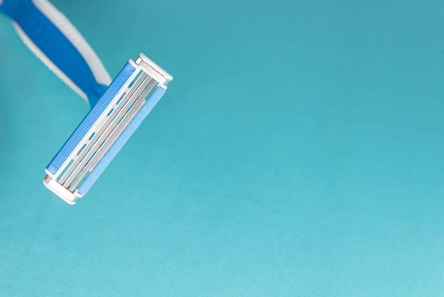 Nowoczesna brzytwa w kolorze niebieskim i białym - szczegóły w makro