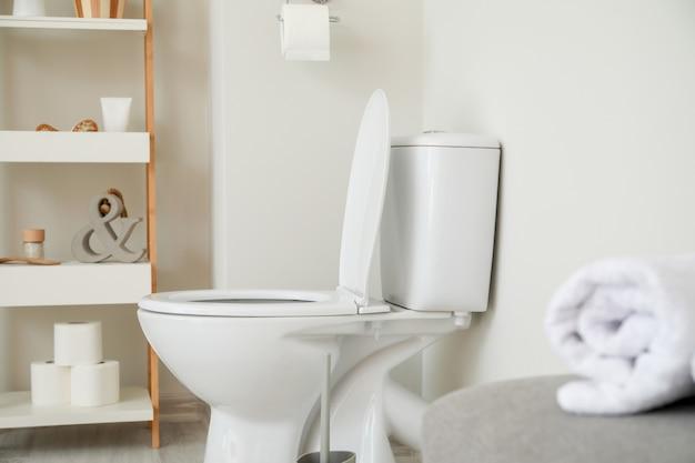 Nowoczesna ceramiczna miska ustępowa we wnętrzu toalety
