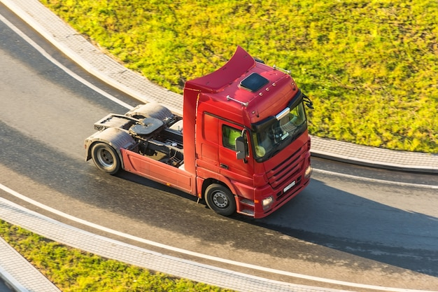 Nowoczesna ciężarówka bez na zakręcie autostrady.