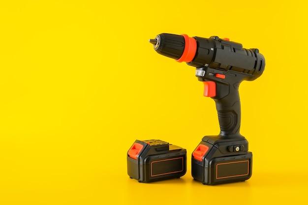 Nowoczesna czarna wkrętarka akumulatorowa, wiertarka z akumulatorem, miejsce na tekst