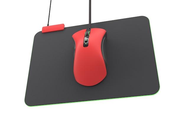 Nowoczesna czerwona mysz do gier na profesjonalnej podkładce na białym tle
