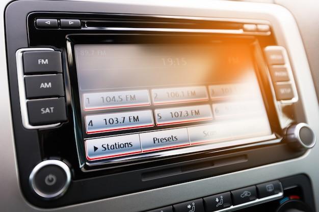 Nowoczesna deska rozdzielcza samochodu z dużym wyświetlaczem