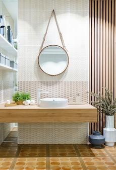 Nowoczesna drewniana łazienka z lustrem, toaletą, szafką i umywalką