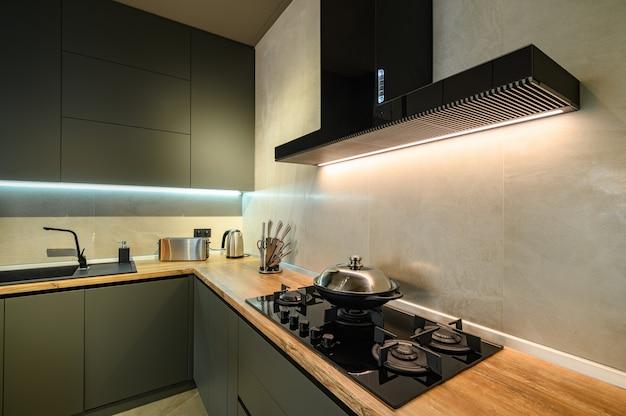 Nowoczesna duża luksusowa ciemnoszara kuchnia z wysuwaną szufladą