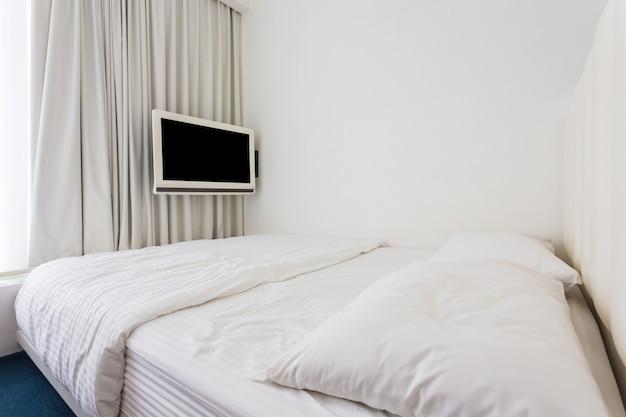 Nowoczesna dwuosobowa sypialnia z drewnianymi meblami