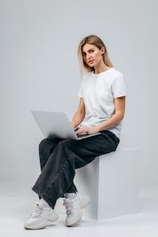 Nowoczesna dziewczyna z laptopem. darmowa kreatywność
