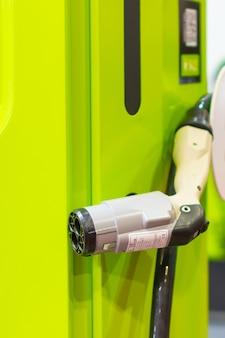 Nowoczesna elektryczna szybka ładowarka do elektrycznych lub hybrydowych samochodów phev. energetyczna moc przyszłości. przyjazna dla środowiska koncepcja ładowarki. domowa ładowarka samochodowa.