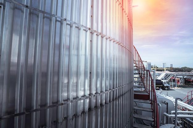 Nowoczesna fabryka chemii zbiornikowej z dużymi zbiornikami nabłyszczającymi na olej silnikowy mieszalnika