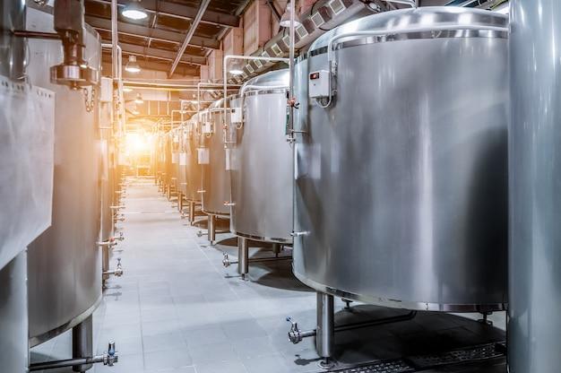 Nowoczesna fabryka piwa. małe stalowe zbiorniki do fermentacji piwa.