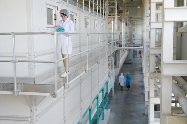 Nowoczesna fabryka w tle