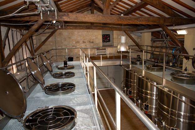 Nowoczesna fabryka wina z nowymi dużymi zbiornikami do fermentacji. nowoczesna piwniczka na wino ze zbiornikami ze stali nierdzewnej