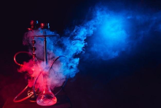 Nowoczesna fajka wodna, szisza na dymnym czarnym tle