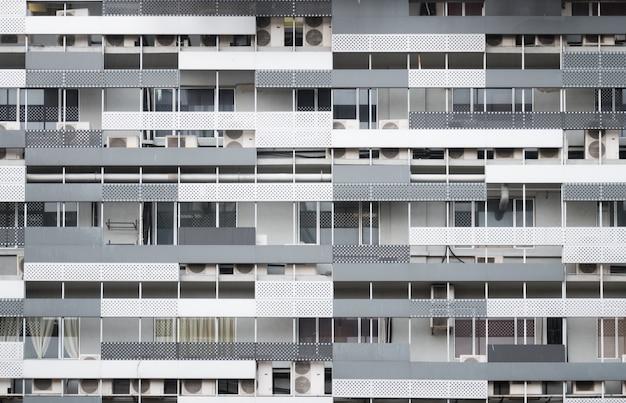Nowoczesna fasada budynku mieszkalnego w centrum kuala lumpur, malezja