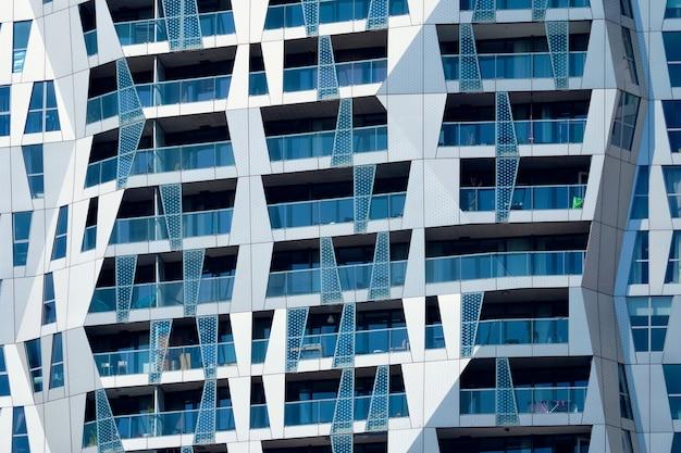 Nowoczesna fasada budynku mieszkalnego z oknami i balkonami rotterdam