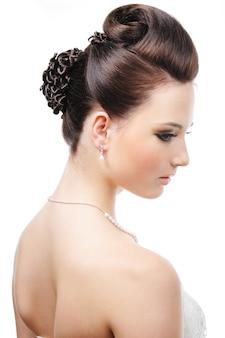 Nowoczesna fryzura ślubna - na białym tle