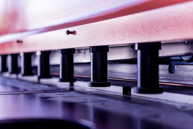 Nowoczesna giętarka hydrauliczna w manufakturze metalu
