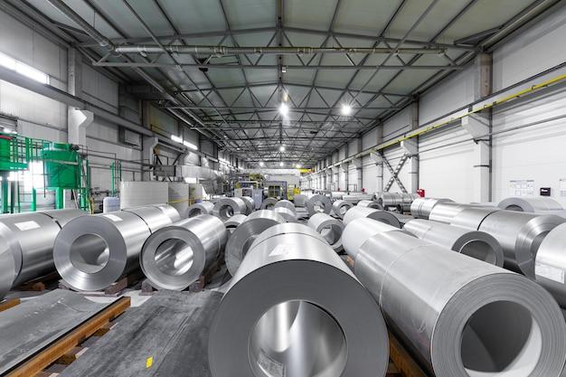 Nowoczesna hala przemysłowa do produkcji stali - maszyny, wnętrza i wyposażenie hali produkcyjnej.