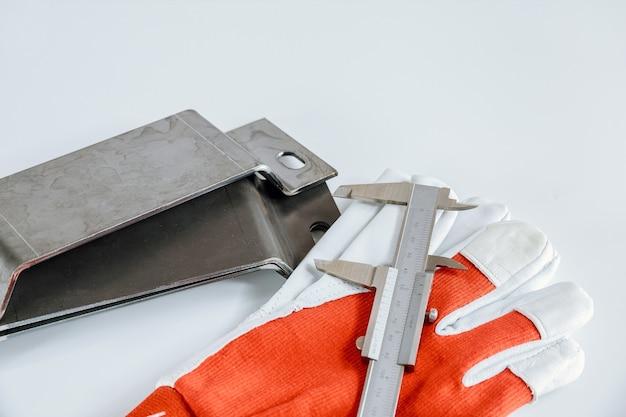 Nowoczesna hydrauliczna giętarka do metalu w zakładzie metalurgicznym