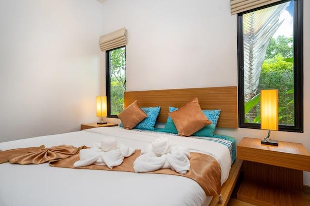 Nowoczesna i przestronna sypialnia w luksusowym domu