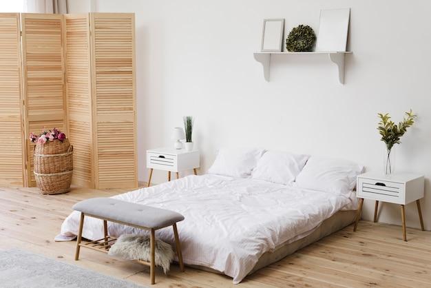 Nowoczesna, jasna minimalistyczna sypialnia