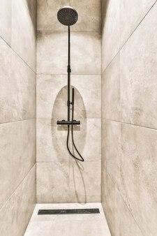 Nowoczesna kabina prysznicowa w jasnej łazience
