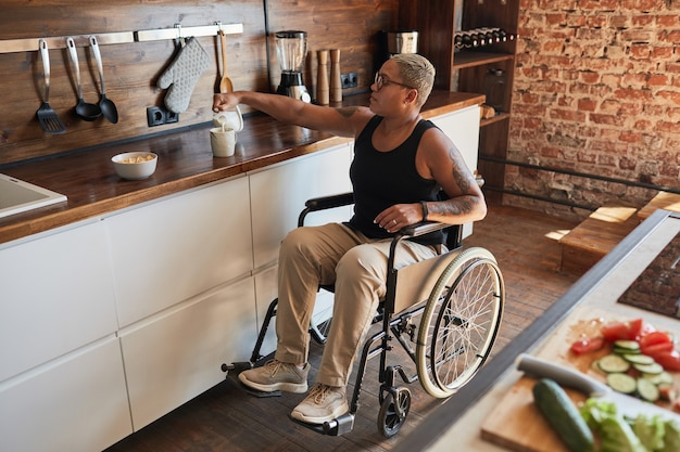 Nowoczesna kobieta na wózku inwalidzkim w domu