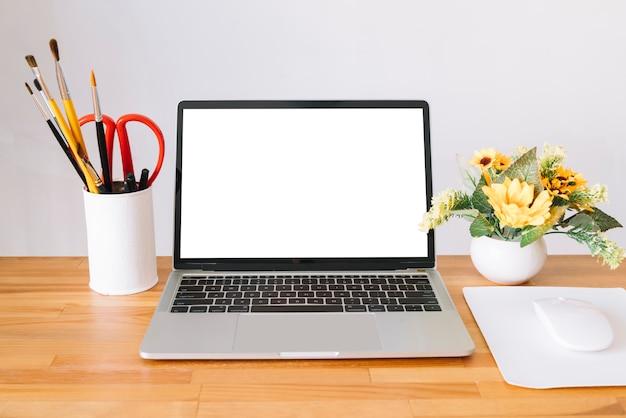 Nowoczesna kompozycja biurka z urządzeniem technologicznym