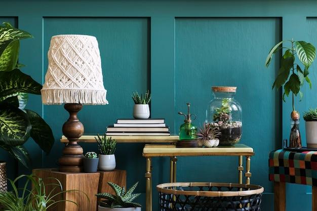 Nowoczesna kompozycja przydomowego ogrodu wypełniła wiele pięknych roślin, kaktusów, sukulentów, roślin powietrznych w różnych wzorniczych donicach. stylowe wnętrze botaniczne. zielone panele ścienne. koncepcja ogrodnictwa domowego